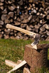 holzblock mit Axt und Spaltholz